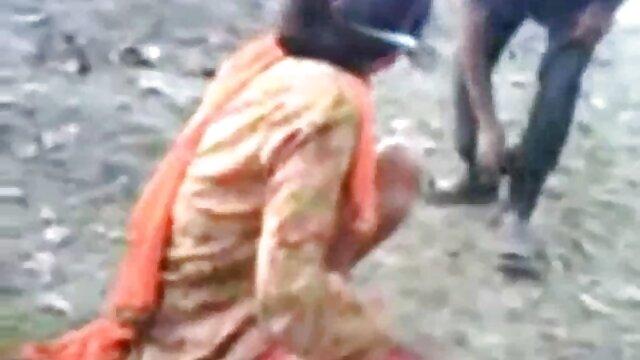 વ્યક્તિ ઘોડાના સેકસી વીડિયો fucks પાતળા મહિલા ગાંડ